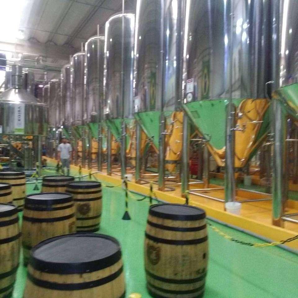 Tanques da Colorado refletem a pintura verde e amarela do chão de fábrica