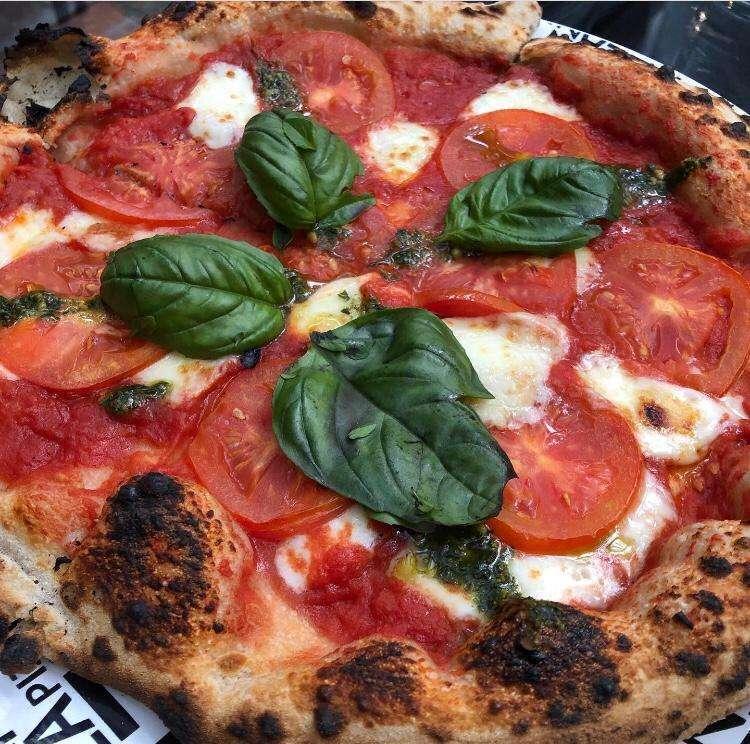 Pizza Margherita tem manjericão, ótimo elo para definir qual princípio de harmonização será utilizado.