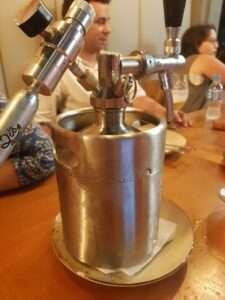 O barril é acoplado de cilindro de gás e torneira com cremalheira