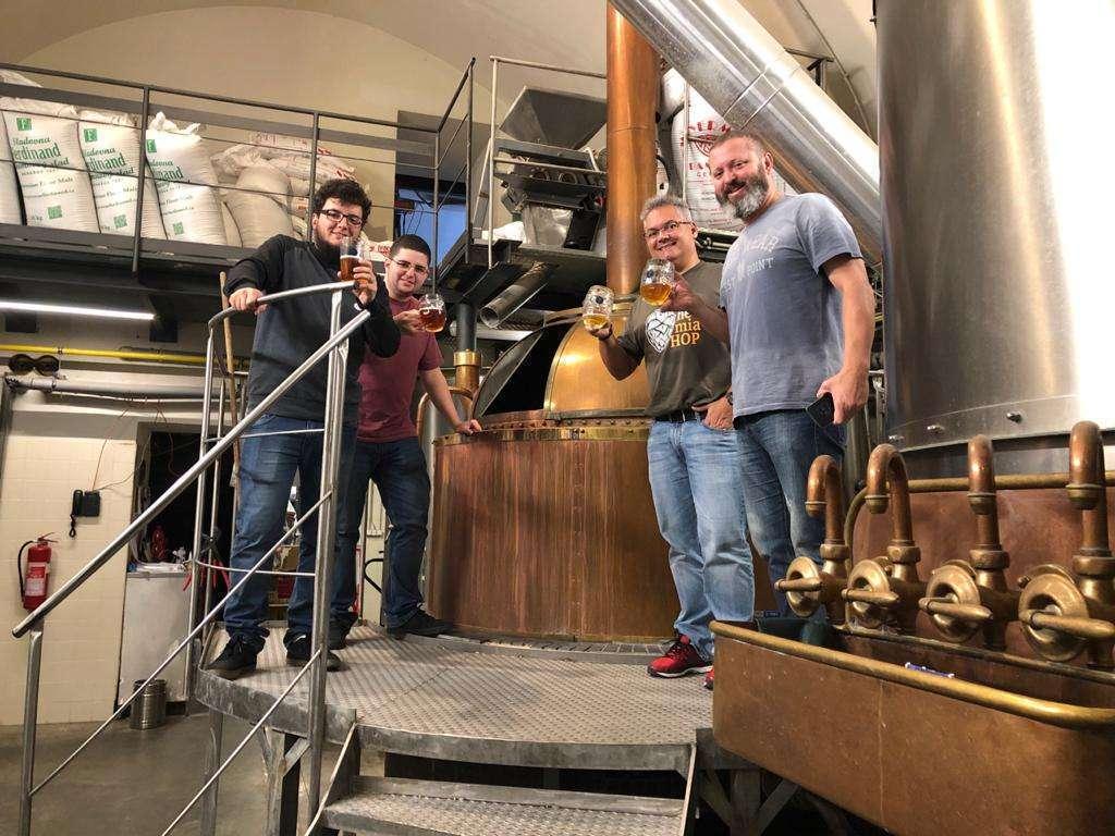 Os sócios da Jairo´s Cervejaria conhecendo uma panela milenar para produção de cerveja