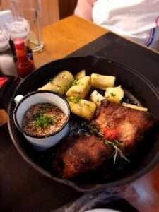Carne de lata com mandioca, um dos deliciosos pratos servidos na Cervejaria Santa Teresa