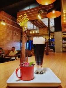 O ambiente do bar é gostoso, despojado, com iluminação aconchegante