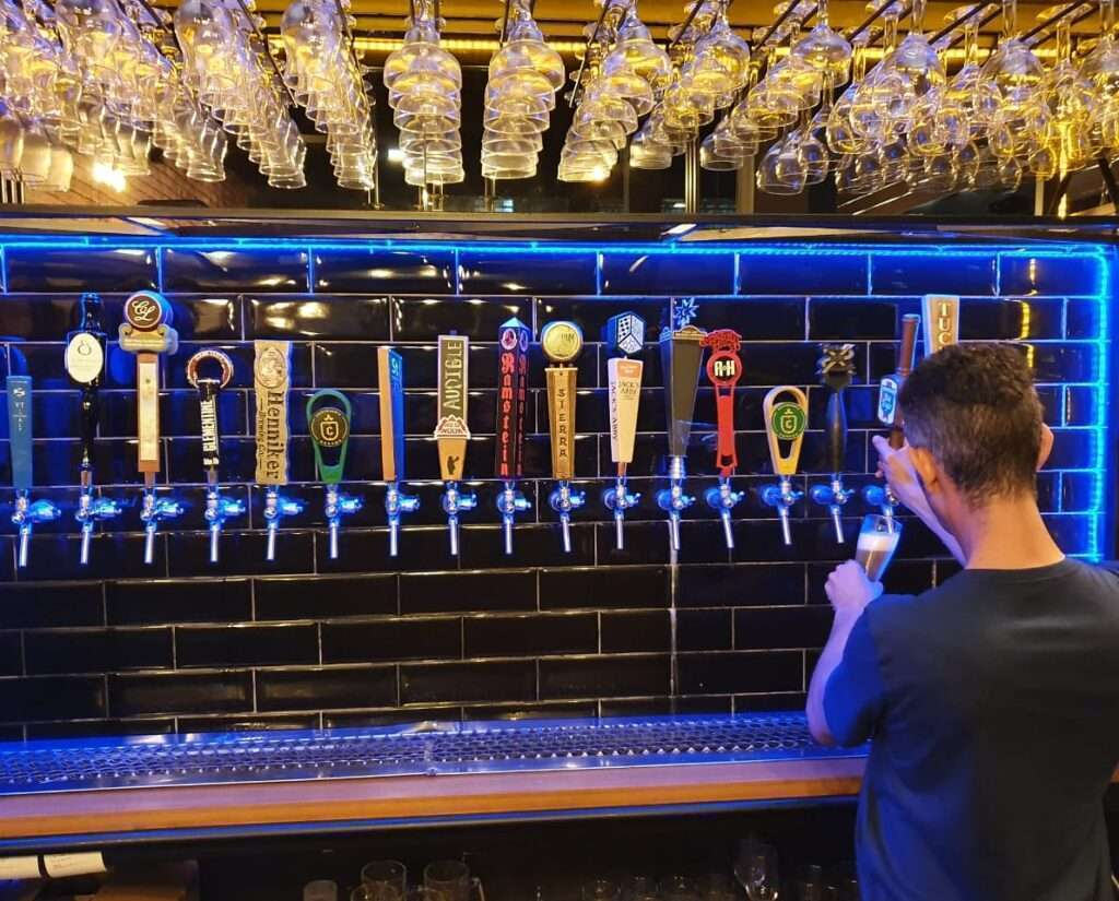 A variedade de chopes servidos é um dos pontos altos da Cervejaria Santa Teresa