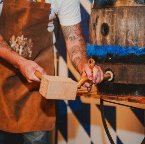 Cerimônia tradicional, a Keg Tapping faz a inauguração de um barril com cervejas especiais